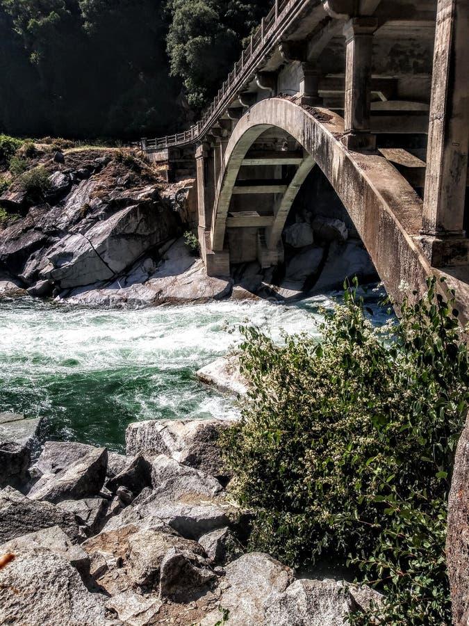 It& x27; вода s справедливая под мостом стоковая фотография