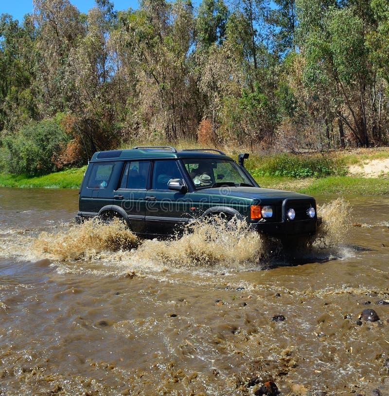 4x4 пересекая реку стоковое фото rf