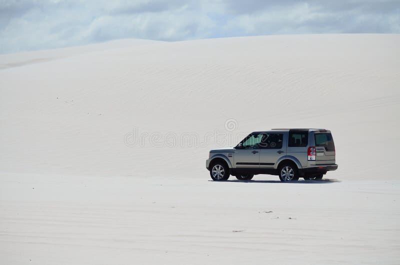 4x4 управляя вне в песке стоковые фотографии rf