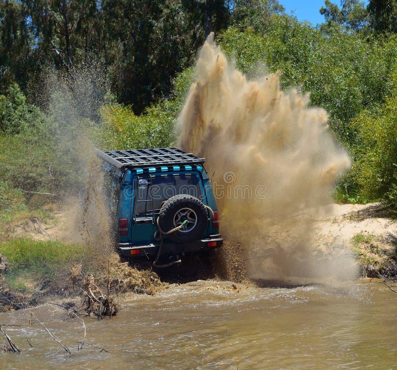 4x4 управляя вне речным берегом стоковая фотография