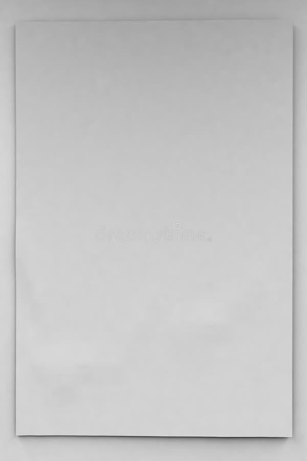 2x3在白色墙壁上的大小空的垂直的横幅或空白  库存照片