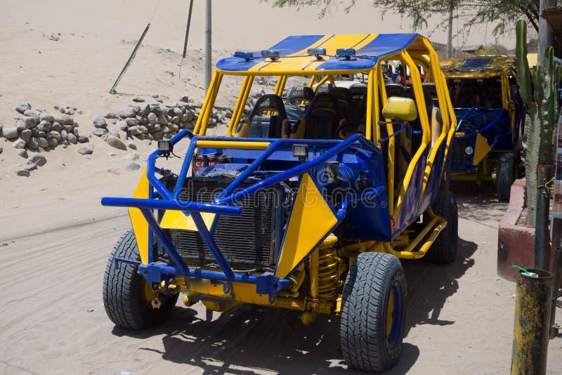 4x4旅行的车Huacachina绿洲的沙丘在Ica城市 库存照片