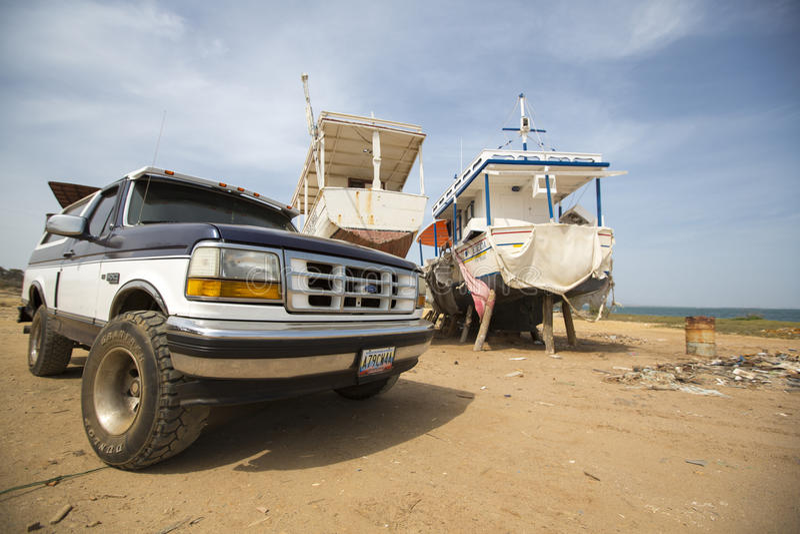 4x4汽车和船在造船厂在玛格丽塔海岛,委内瑞拉 库存图片