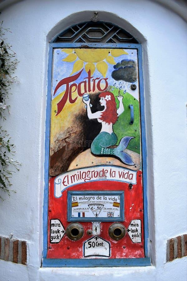 & x22; 街道theater& x22;对50分戏剧在弗里希利亚纳-西班牙白色村庄安大路西亚 免版税库存照片