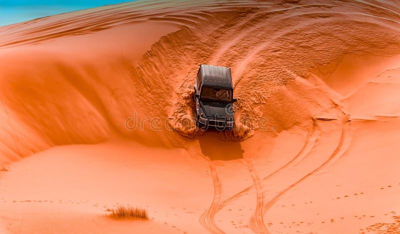 4x4车和沙丘 免版税库存图片