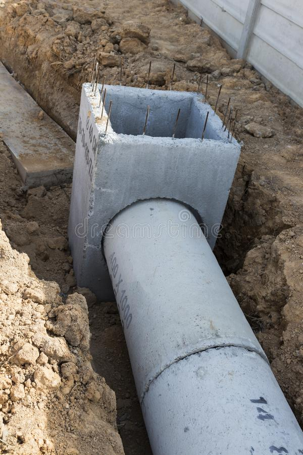 & x22; 预制混凝土出入孔在地面上被存放准备好co 免版税库存照片