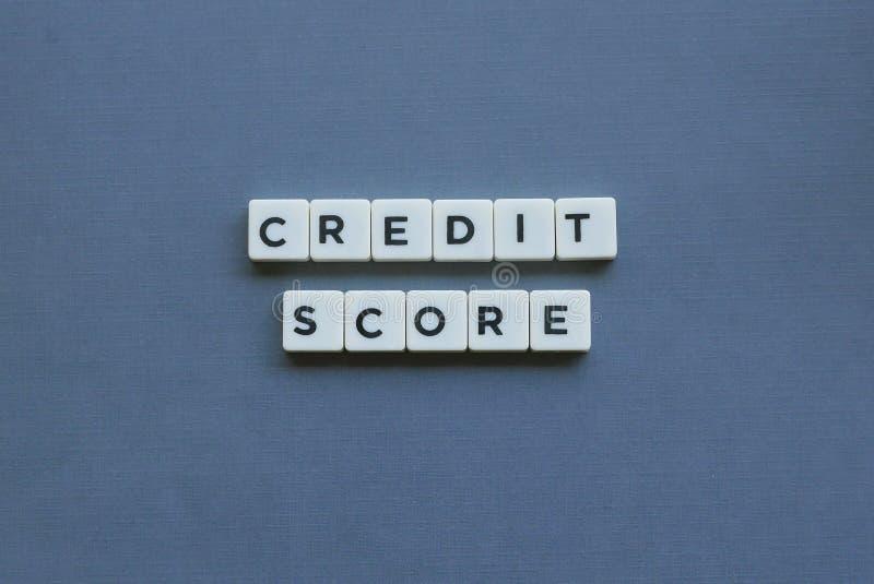 ';信用评分';词由方形的信件词制成在灰色背景 免版税图库摄影