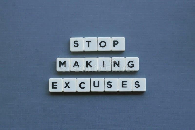 ';停止做借口';词由方形的信件词制成在灰色背景 免版税图库摄影