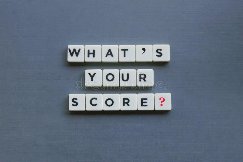 ';What';s您的比分?';词由方形的信件词制成在灰色背景 免版税库存照片