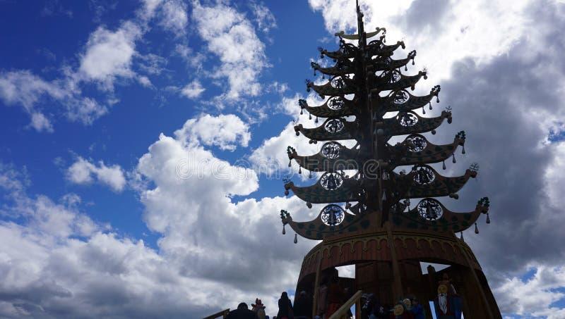 & x22; Aal-Luk mas& x22; is de heilige boom van Yakut mensen stock afbeelding