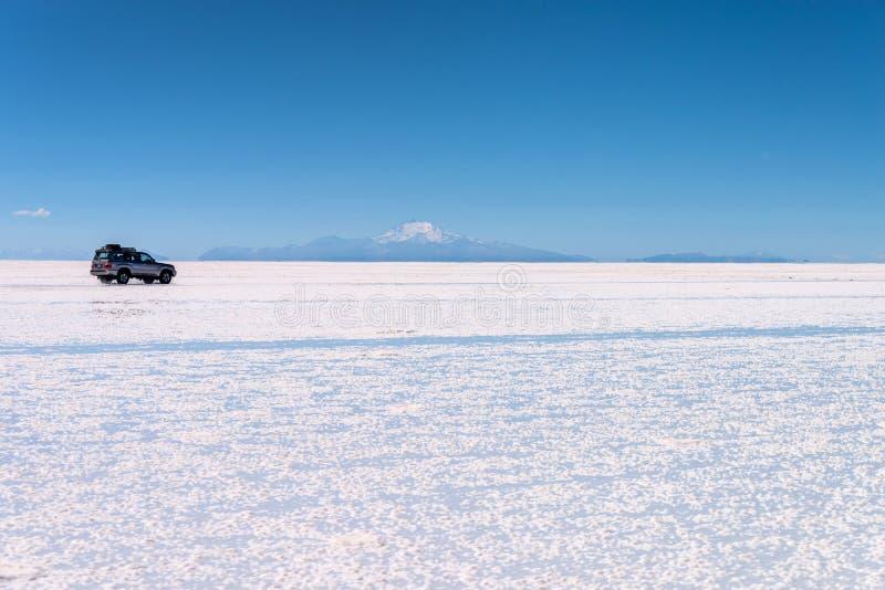 4x4 automobile negli appartamenti del sale di Salar de Uyuni Uyuni, Potosi Bolivia fotografia stock libera da diritti