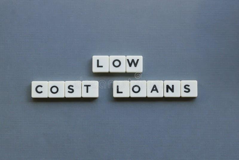 ' Bajos préstamos costo ' palabra hecha de palabra cuadrada de la letra en fondo gris fotos de archivo libres de regalías