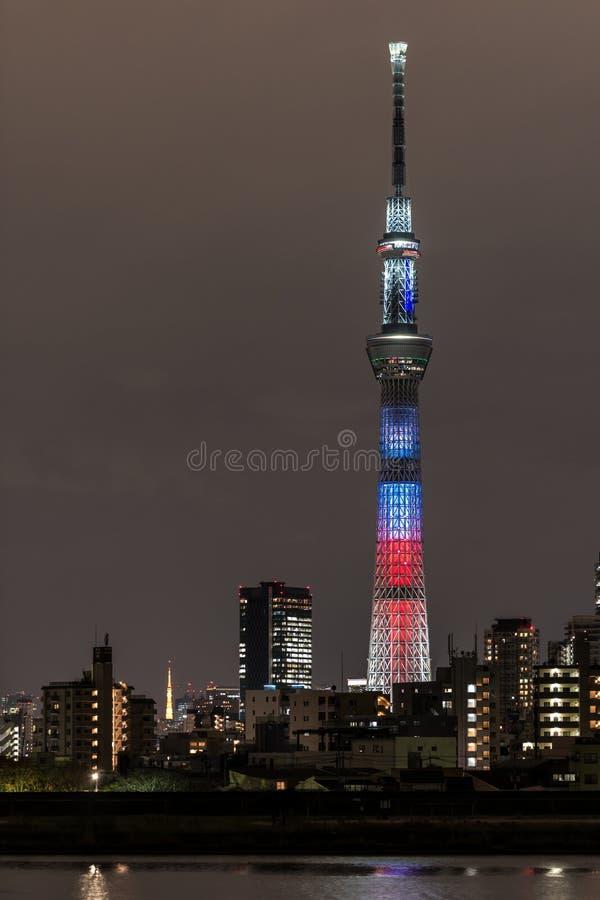 ' Batalha da luz e do darkness' luz-acima do Tóquio Skytree com torre do Tóquio fotos de stock