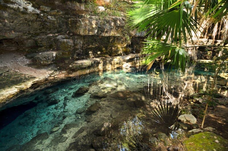 X-Batun Cenote - natuurlijke lagune met transparant turkoois wate royalty-vrije stock fotografie
