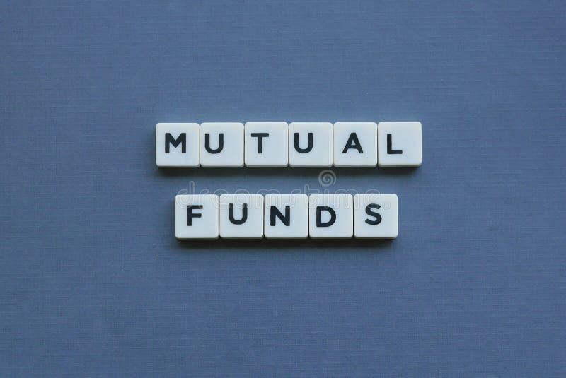 ' Beleggingsmaatschappijen ' woord dat van vierkant brievenwoord wordt gemaakt op grijze achtergrond royalty-vrije stock foto's