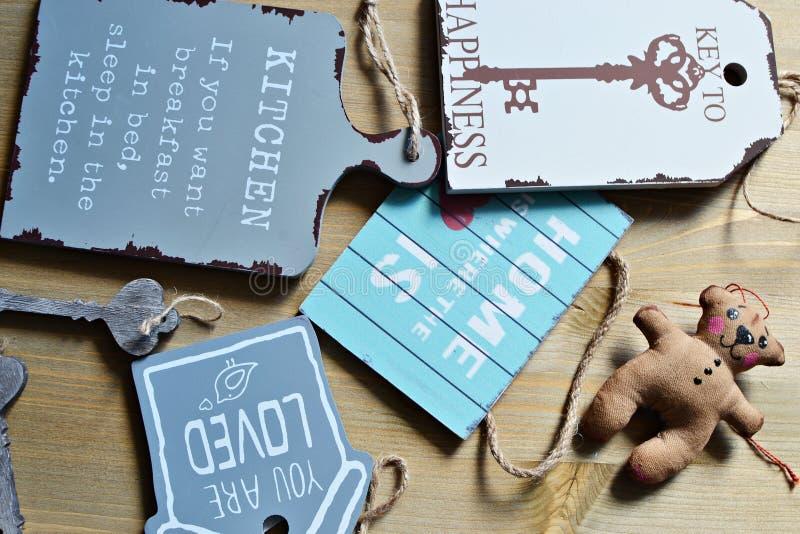 & x22; Casa doce home & x22; placas de sinal e um urso de peluche do brinquedo imagem de stock