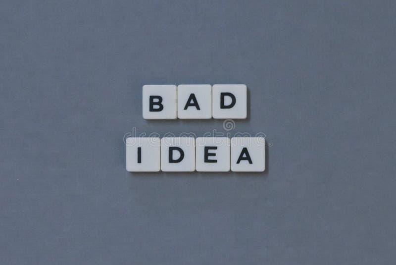 & x27; Cattiva idea & x27; parola fatta della parola quadrata della lettera su fondo grigio fotografie stock libere da diritti