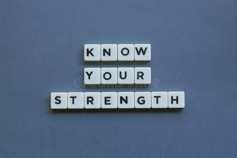 ' Conheça sua força ' palavra feita da palavra quadrada da letra no fundo cinzento foto de stock royalty free