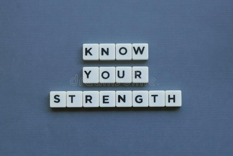 ' ; Connaissez votre force ' ; mot fait en mot carré de lettre sur le fond gris photo libre de droits