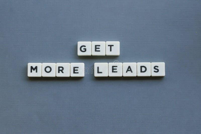 ' Consiga más ventajas ' palabra hecha de palabra cuadrada de la letra en fondo gris fotos de archivo