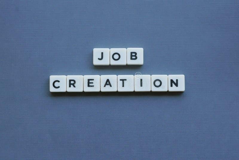 ' Creación de empleo ' palabra hecha de palabra cuadrada de la letra en fondo gris fotos de archivo libres de regalías