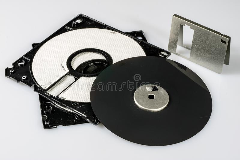 """3 5 """" ; disquette Support d'informations cassé à de vieux ordinateurs sur un isolat photographie stock"""