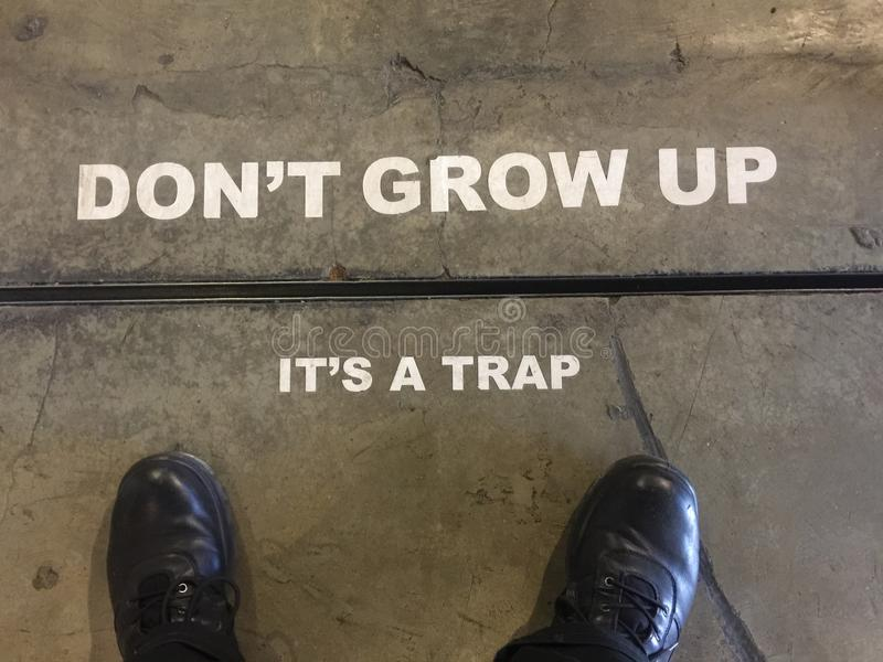 & x22; Don& x27; t长大, It& x27; s Trap& x22;标志 库存图片