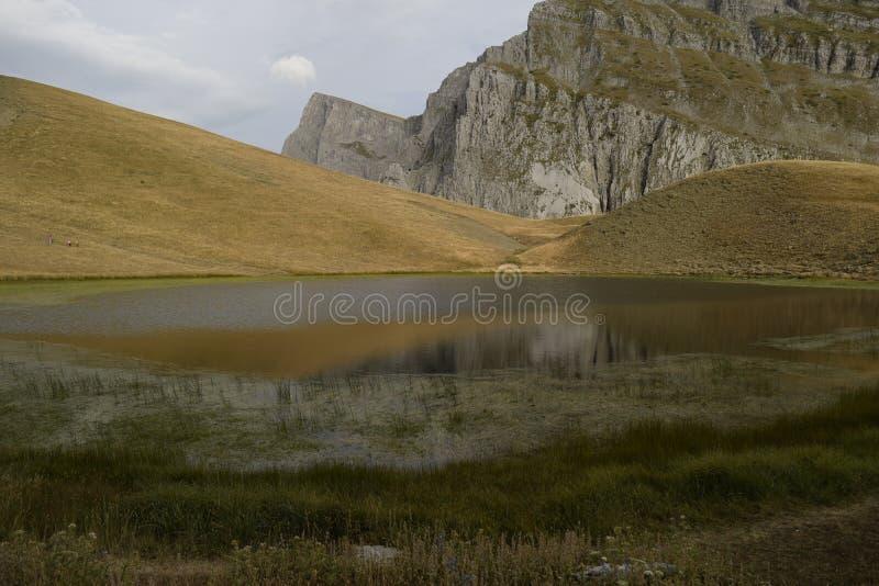 "& x27; & x27; drakelake& x27; & x27; av Tymfi en alpin sjö i den Vikos†""Aoös nationalparken arkivbilder"