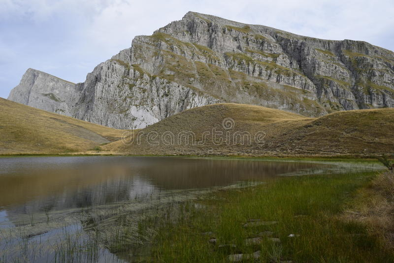 & x27; & x27; drakelake& x27; & x27; av Tymfi en alpin sjö som bor på en höjd av 2050m arkivfoton
