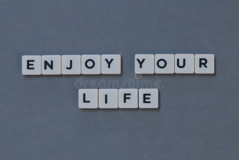 ' Goda della vostra vita ' parola fatta della parola quadrata della lettera su fondo grigio fotografie stock