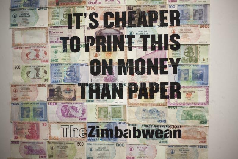it& x27; goedkoper s om dit op geld te drukken dan document de dollarsbankbiljetten van Zimbabwe British Museum Londen December 2 stock foto