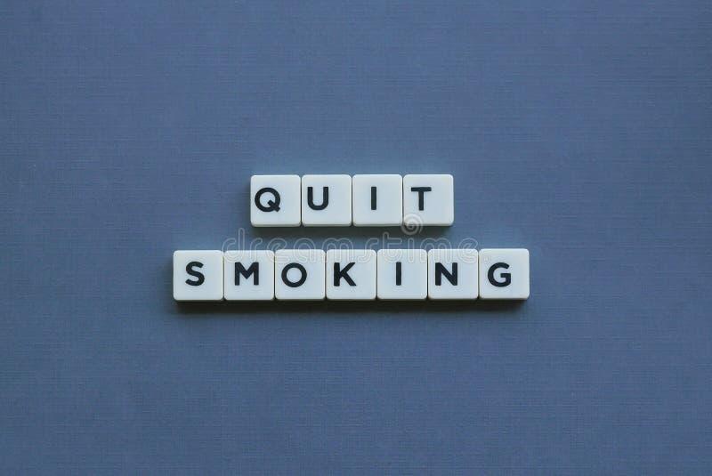 & x27; Houd met op het Roken & x27; woord dat van vierkant brievenwoord wordt gemaakt op grijze achtergrond royalty-vrije stock afbeelding