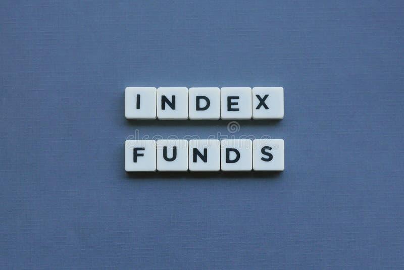 ' Indexfondsen ' woord dat van vierkant brievenwoord wordt gemaakt op grijze achtergrond stock afbeelding