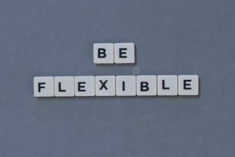 & x27; Jest Elastyczny & x27; formułuje robić kwadrata listu słowo na popielatym tle obraz stock