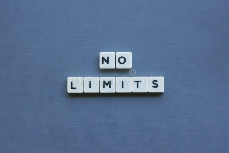 ' Keine Grenzen ' Wort gemacht vom quadratischen Buchstabewort auf grauem Hintergrund stockbilder