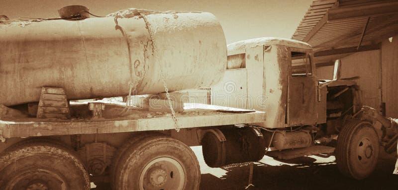 & x22; KrAZ 1954& x22; , um caminhão velho mesmo ainda no serviço, trabalhando em um deserto fotos de stock