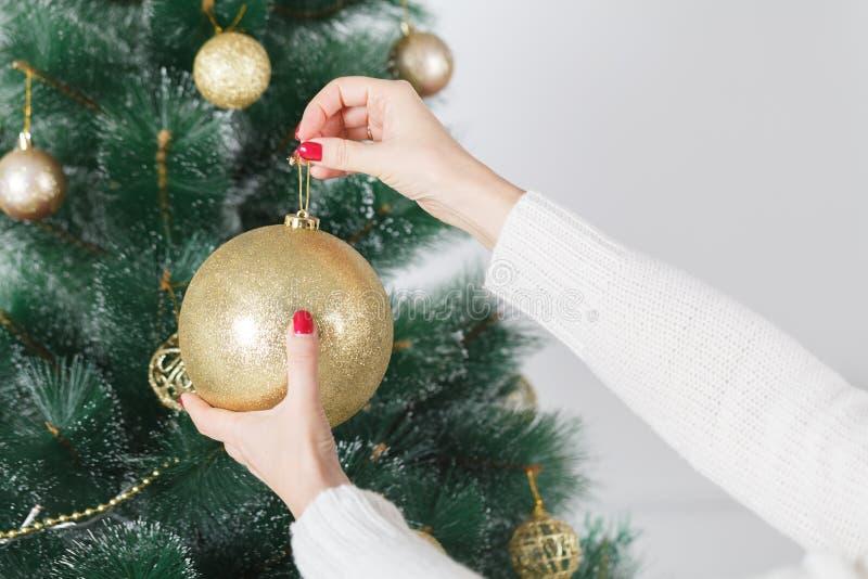 X-mas、寒假和人概念-在家装饰与球的愉快的少妇圣诞树 库存图片