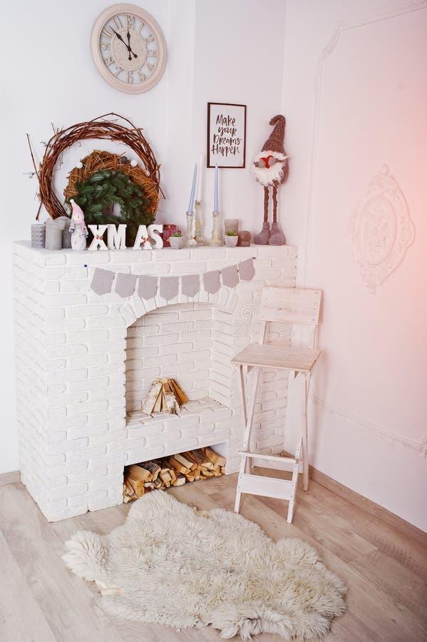 X-Mas与花圈的词装饰在壁炉 节日快乐冬天 库存照片