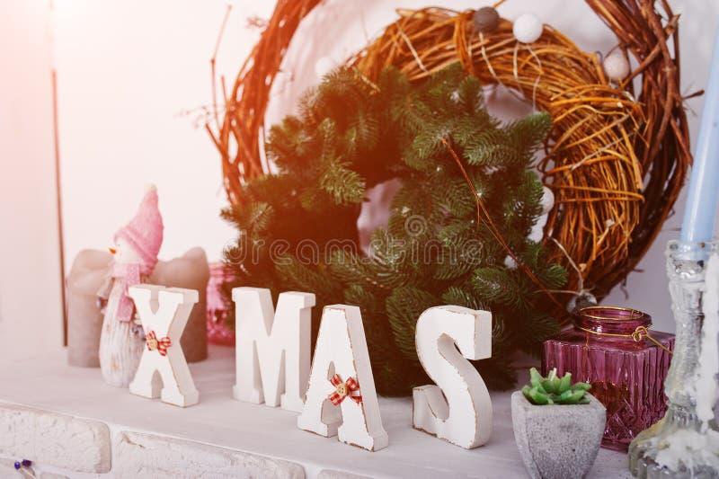 X-Mas与花圈的词装饰 愉快的寒假概念 免版税图库摄影
