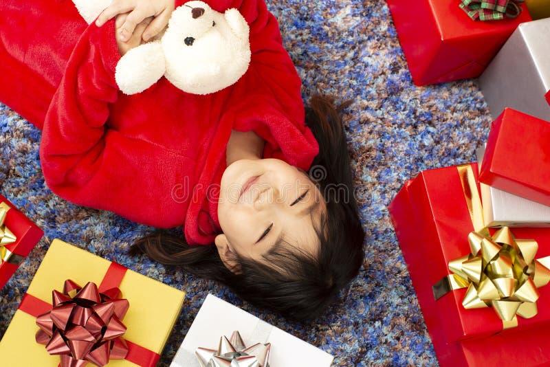 X-mas和假日概念 有礼物盒的愉快的儿童女孩 Gir 库存照片