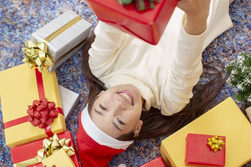 X-mas e conceito do feriado Fêmea feliz com caixa de presente Wom novo fotos de stock royalty free