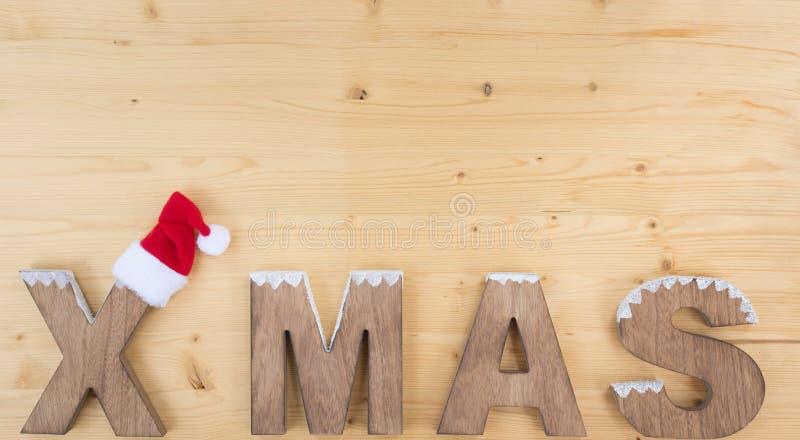 X MAS na drewnie i Santa kapeluszu zdjęcia stock