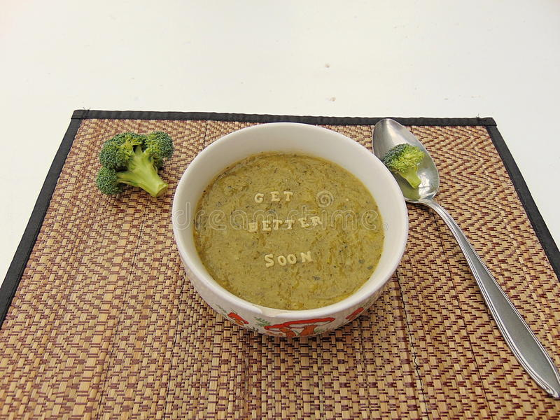 & x22; Obtenha o melhor soon& x22; escrito na sopa vegetal com colher fotos de stock