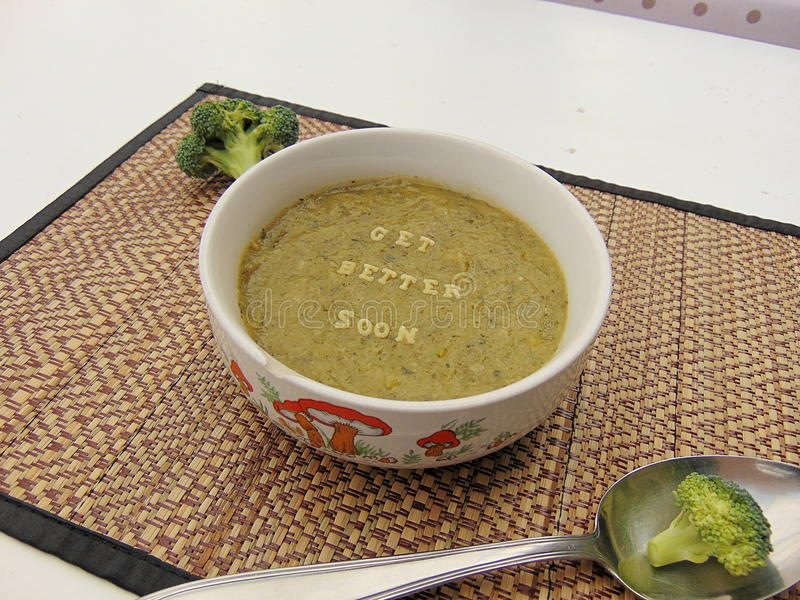 & x22; Obtenha o melhor soon& x22; escrito na sopa vegetal com colher fotografia de stock royalty free