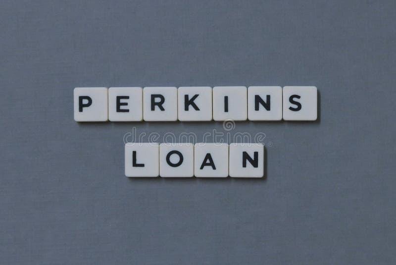 ' Perkins Loan ' ord som göras av fyrkantigt bokstavsord på grå bakgrund fotografering för bildbyråer