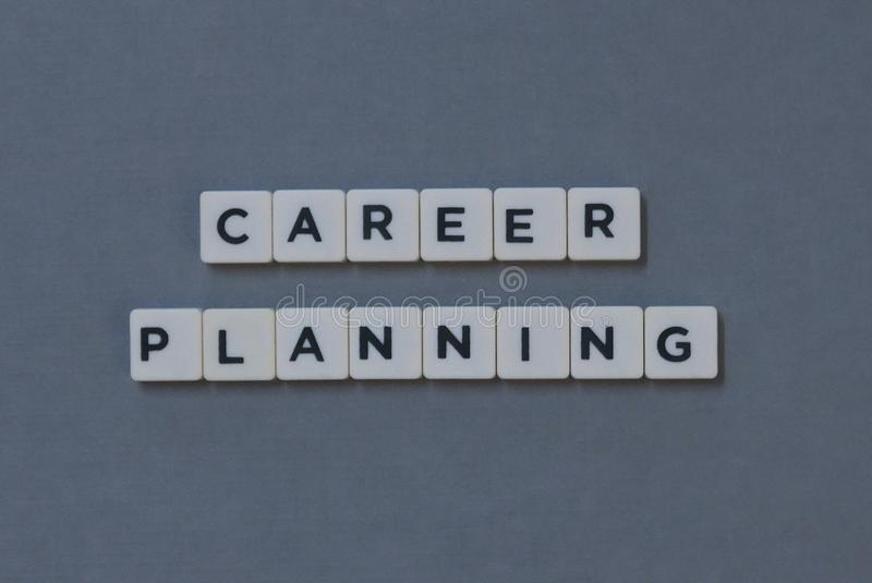 ' Planeamento de carreira ' palavra feita da palavra quadrada da letra no fundo cinzento imagens de stock