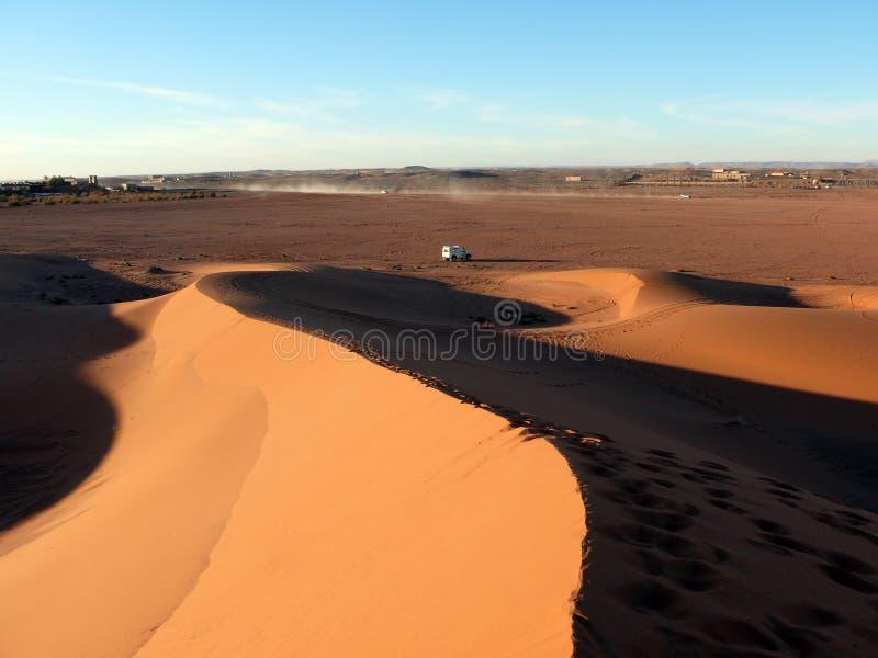 4x4 przejażdżki samochód w Sahara piaska diunach zdjęcia stock