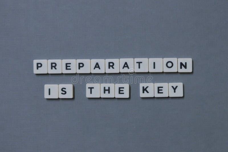 &-x27; Przygotowanie Jest kluczem &-x27; słowo robić kwadrata listu słowo na popielatym tle zdjęcie stock