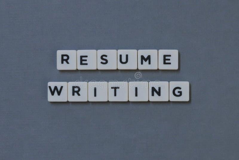 ' Reanude el escribir de ' palabra hecha de palabra cuadrada de la letra en fondo gris fotografía de archivo libre de regalías