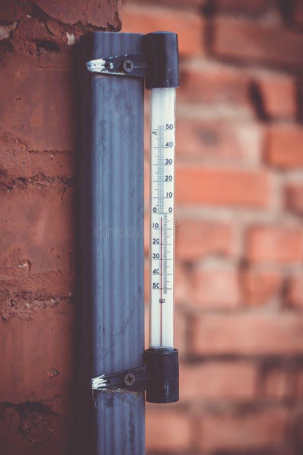 It& x27; s ciepły dzień outside z termometrem reacing above zdjęcia stock